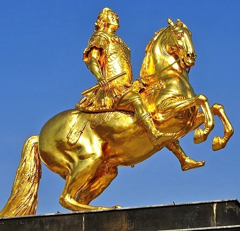 golden-statue-of-hero-riding-horse-2701x1986_101722 (1)